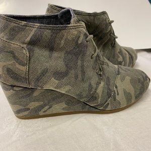 NWT Tom's wedge camo lace up booties